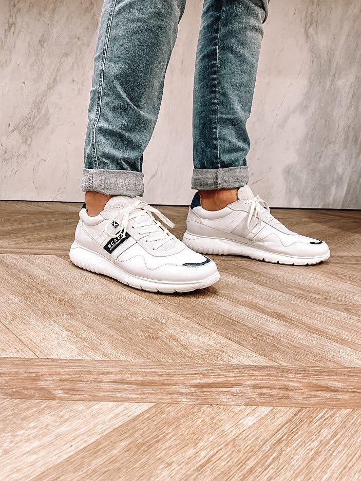 Zomerproof met witte herensneakers