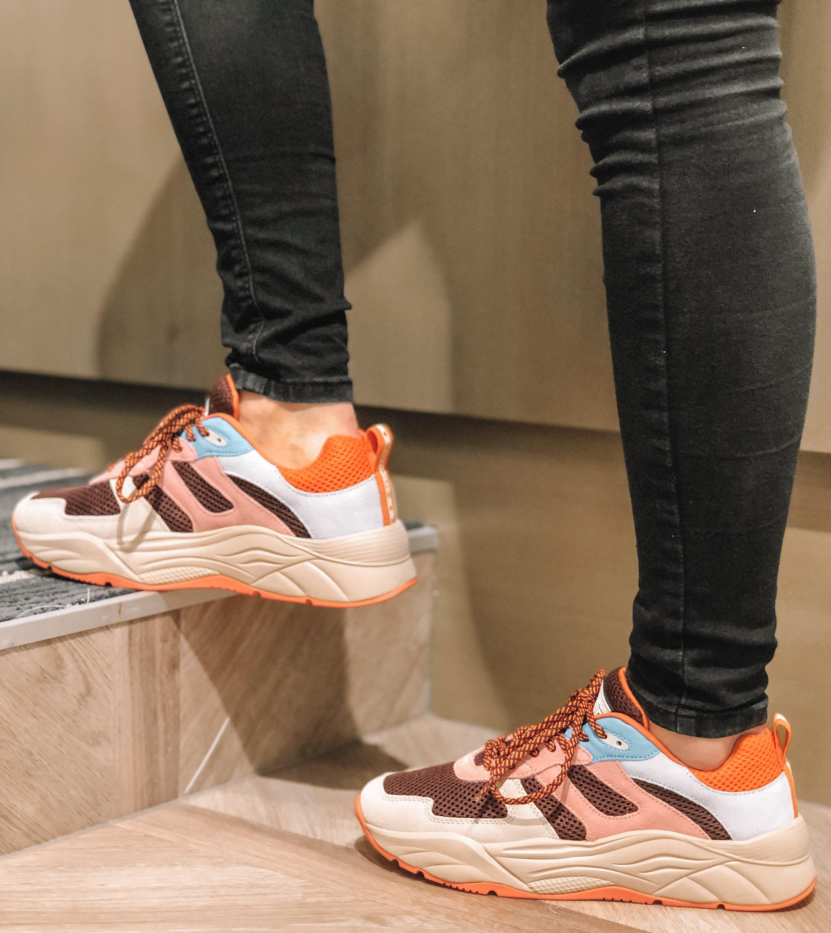 Voeg kleur toe aan uw schoencollectie met deze toffe sneakers