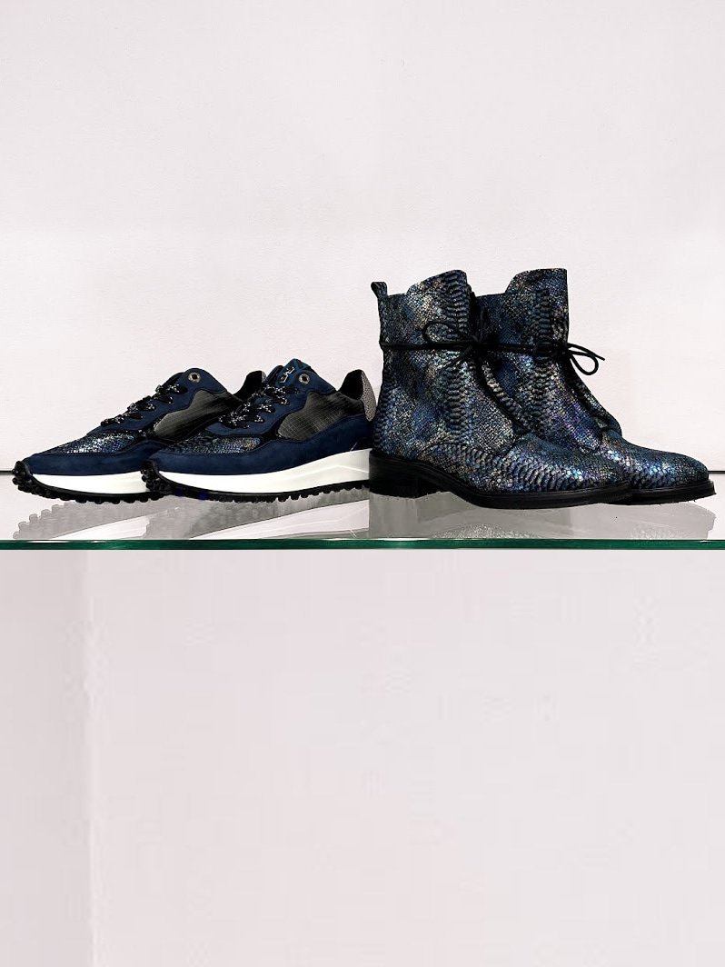 Helemaal in stijl met blauwe Floris van Bommel schoenen